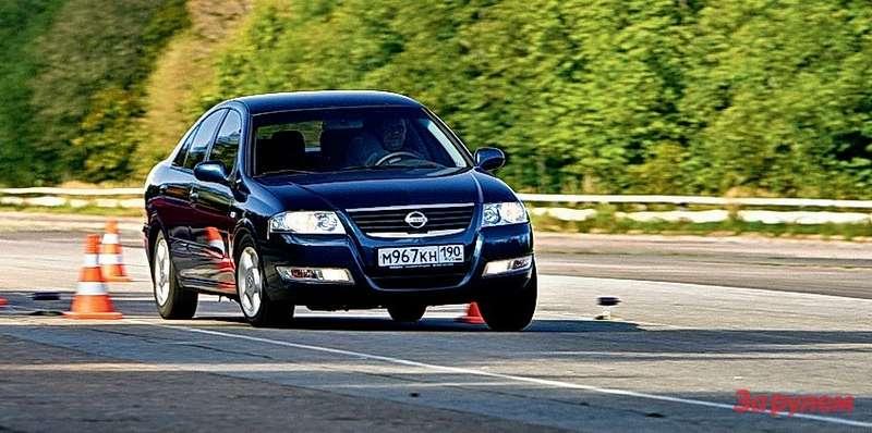 «Ниссан» - наиболее жесткий автомобиль в нашей компании. Тем не менее в дальней дороге машина не утомляет.