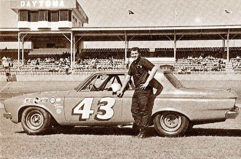 ДикПетти навзлете своей карьеры, усвоего Plymouth после финиша вДайтоне, 24февраля 1963 года, где онвыступал закоманду Petty Enterprises. Пришел только шестым, заработал $2500. Это было лишь начало великой битвы между Ford иChrysler.