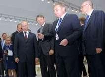 Владимир Путин осматривает стенды