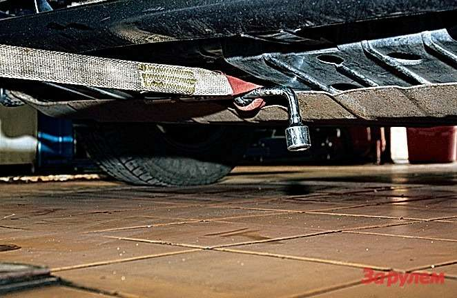 Притакой фиксации петли баллонник никуда неденется: непозволят прорези всиловой защите моторного отсека.