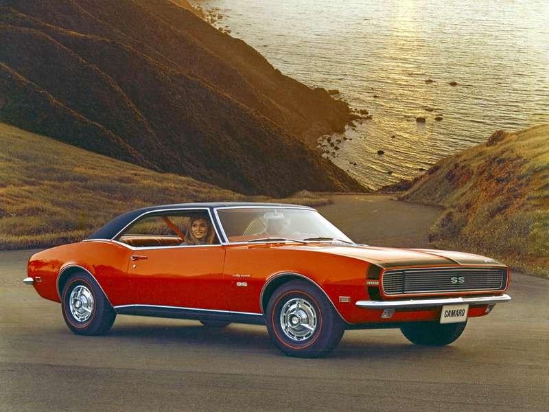 Camaro RS/SS 1968 модельного года. Версия Rally Sport отличалась более изысканной отделкой. Под капотом такой жеV8рабочим объемом 6,5л, какой  был установлен накабриолете, работавшем «пейс-каром» нагонке Инди-500 1967 года. Характерные «потаенные» фары вАмерике вскоре запретят изсоображений безопасности