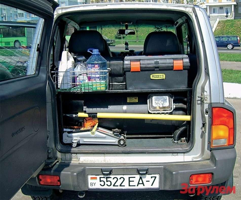 Багажник ибез того невелик, анекоторые владельцы бензиновых версий, дабы сэкономить натопливе, размещают внем 100‑литровый газовый баллон. Другой вариант— закрепить 40‑литровый между лонжеронами рамы. Аесли изменить геометрию выпускной системы, туда поместится и50‑литровый.