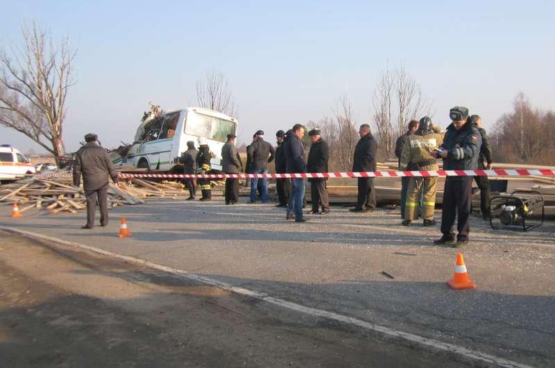 В результате ДТП сучастием автобуса илесовоза вНижегородской области погибли люди