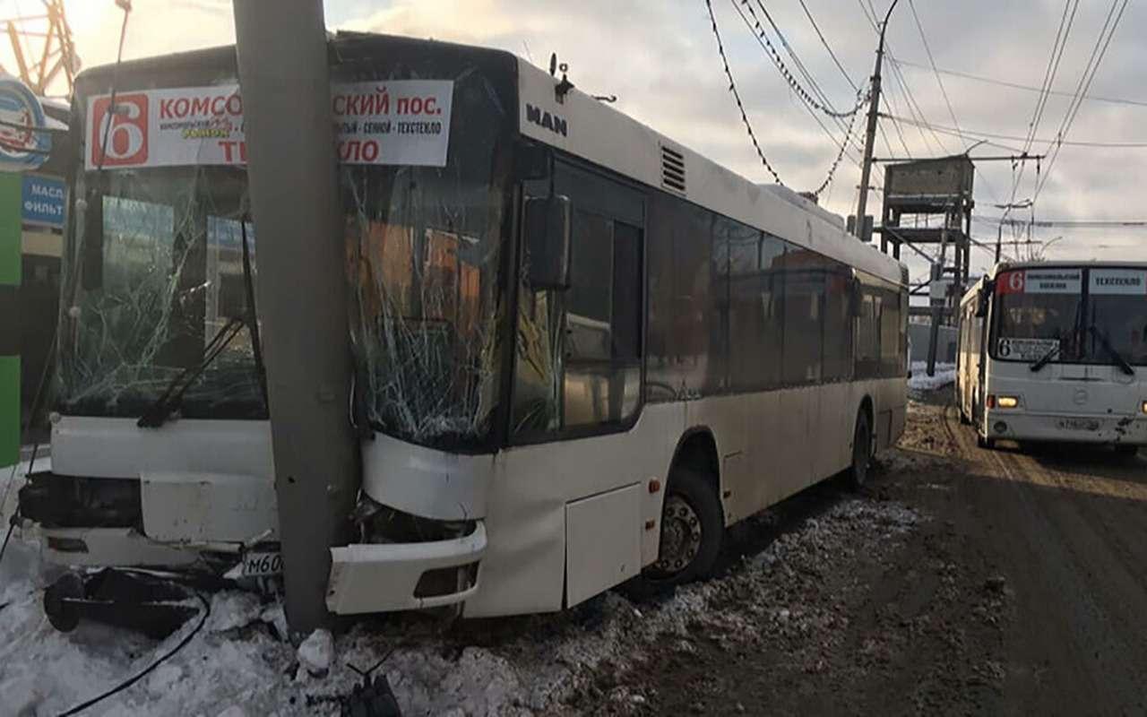 В Саратове автобус врезался вфонарный столб: пострадали 15человек— фото 1014207