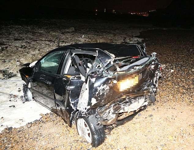 Водитель Ford Focus не пострадал после падения с24-метрового обрыва