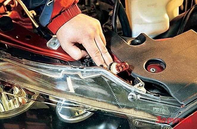 «Мицубиси-Лансер» Имейте в виду: лампа поворотника бесцокольная. Патрон приходится снимать двумя пальцами, рука не пролезает.