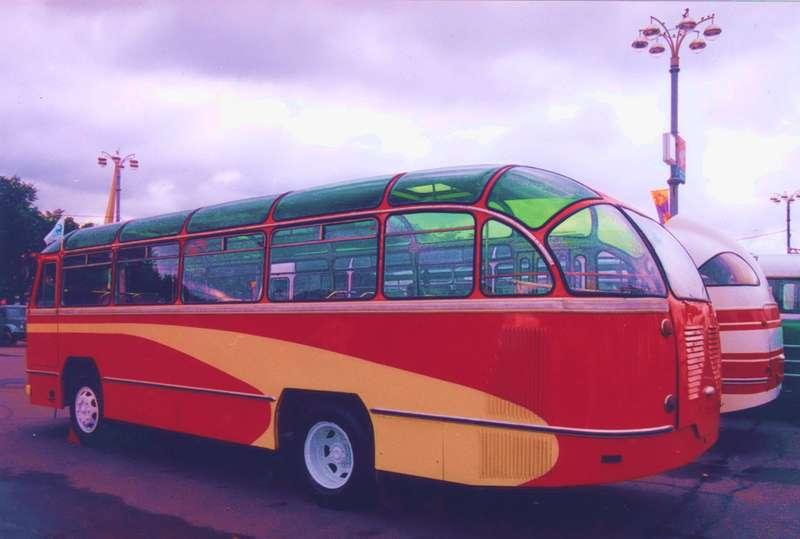 Радиатор вЛАЗ-695 располагался слева отдвигателя. Напоследующих модификациях автобуса (с1958 года) появится воздухозаборник накрыше («ухо»), который решит проблемы сперегревом силового агрегата.
