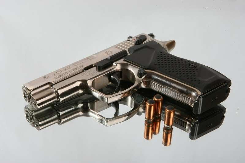 В Башкирии сотрудник уголовного розыска приехал вавтосервис наиномарке без номеров, ипосле того как ему устранили неисправность, произвел несколько выстрелов изтравматического пистолета покомнате отдыха персонала