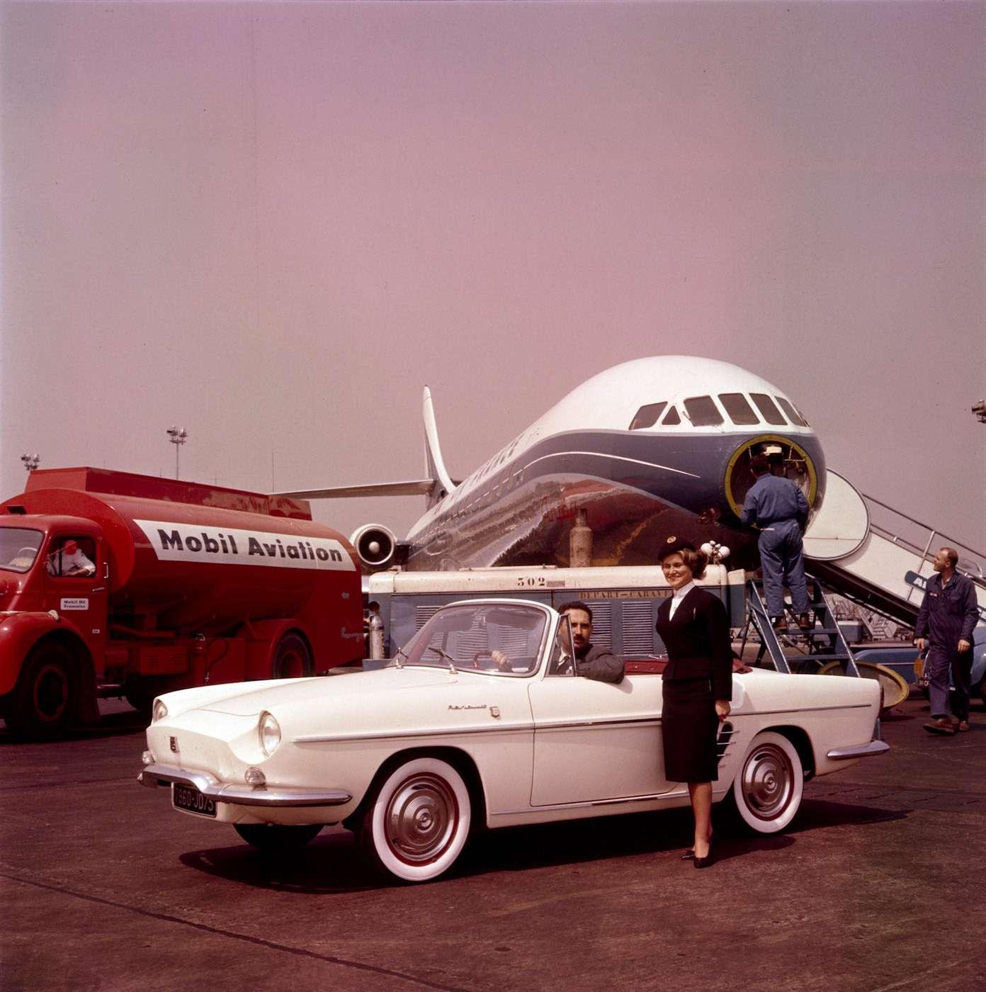 Один из самых элегантных автомобилей 1960-х - Renault Floride - создавался с прицелом на американский рынок. Вновь дизайнеры Ghia оказались на высоте. Первоначальное название автомобиля - Dauphine GT. Более совершенный вариант назвали, как знаменитый французский реактивный лайнер - Сaravelle. Один из таких подарили Никите Хрущеву. Однако Брижит Бардо смотрелась рядом с изящной французской вещицей значительно лучше. С 1958 по 1968 год выпущено 117113 экземпляров Floride и Caravelle.
