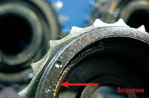 Пристоль изношенных зубьях привод ГРМ еще работал, ножить ему оставалось недолго. Разрушившийся фрагмент гумации (светло-коричневого окраса), связывающей шестерню свалом, показан стрелкой.