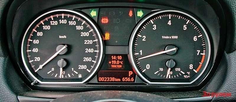 Больше рисок, меньше пороговые показания приборов— зато у«сто тридцать пятой», как иусерии М, вместо охлаждающей жидкости отображается температура масла вдвигателе.
