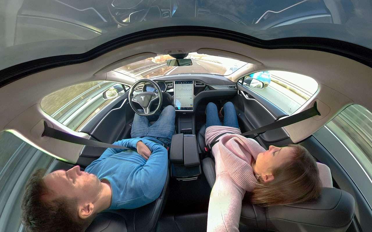 Автопилот рулит: водитель Теслы спал за рулем