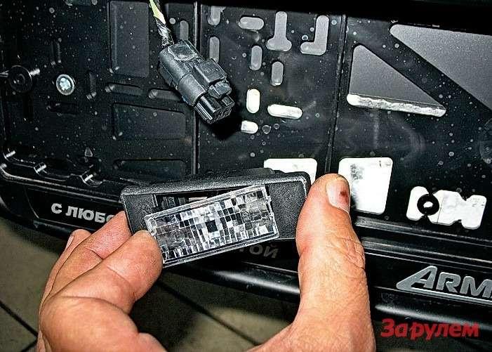 Peugeot 308: Разъем наплафоне подсветки номера можно неотсоединять. Достаточно подцепить светорассеиватель тонкой отверткой ивыковырнуть перегоревшую лампочку.