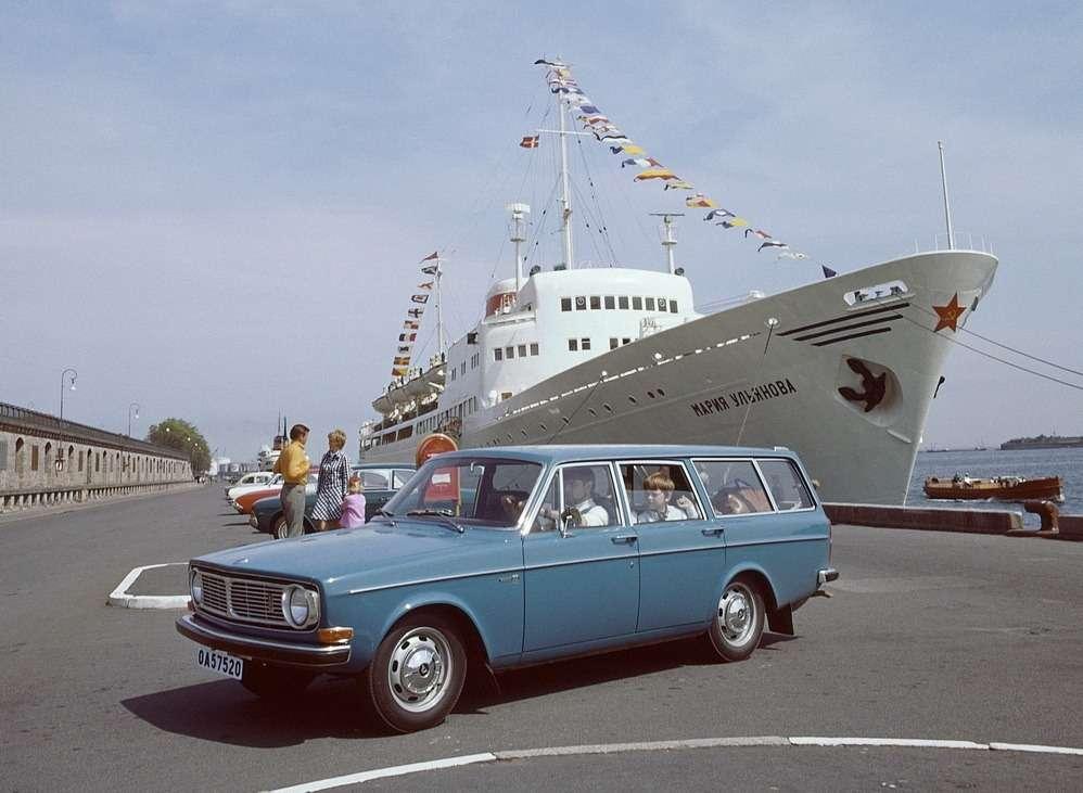 Volvo 145(1967— 1974гг.) нафоне теплохода «Мария Ульянова», построенном в1959 году наверфи вгороде Висмар (ГДР)