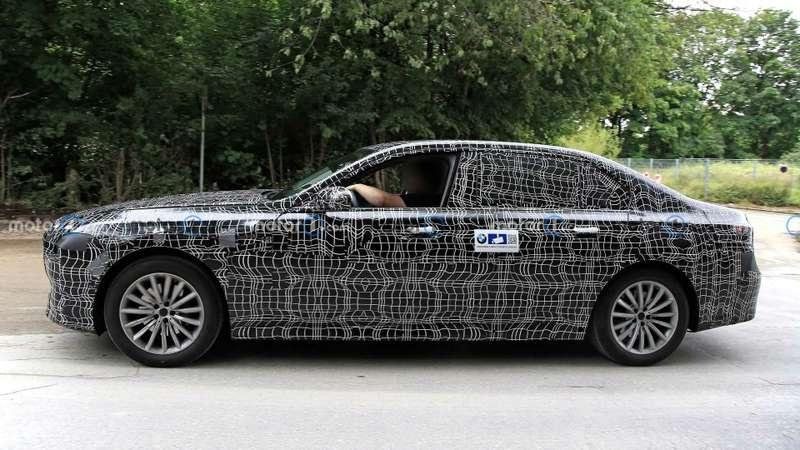 Новая «семерка» BMW получит улучшенные двигатели