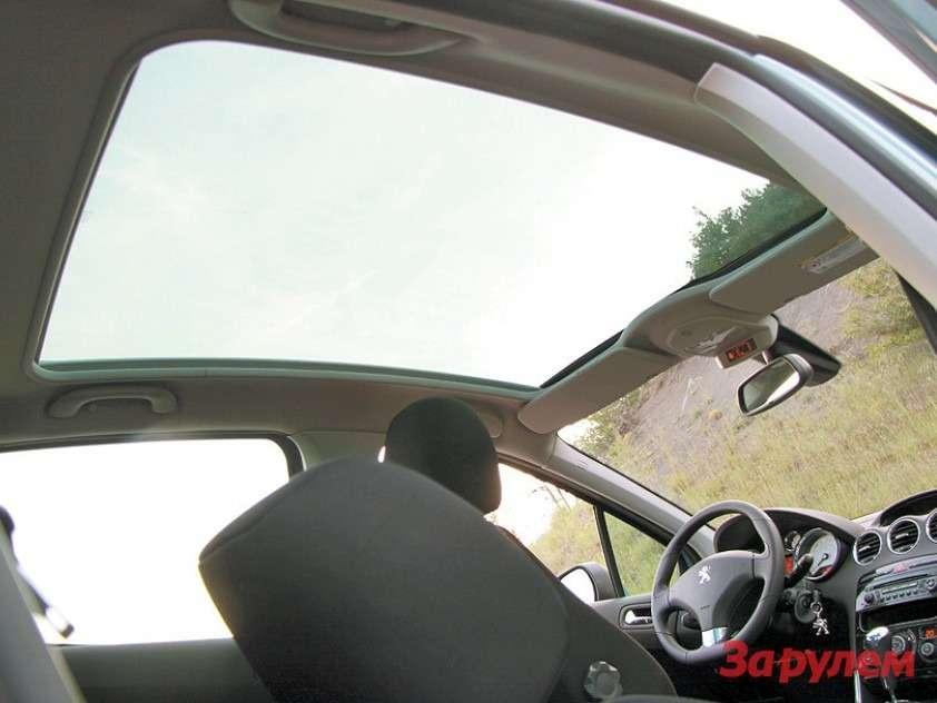 Топовая версия Peugeot 308 теперь, как ивЕвропе, называется Allure. Поумолчанию инезависимо отсилового агрегата она щеголяет стеклянной панорамной крышей итакими «спортивными» атрибутами, как алюминиевые иперфорированные накладки напедалях ичуть «усеченный» внижней части руль.