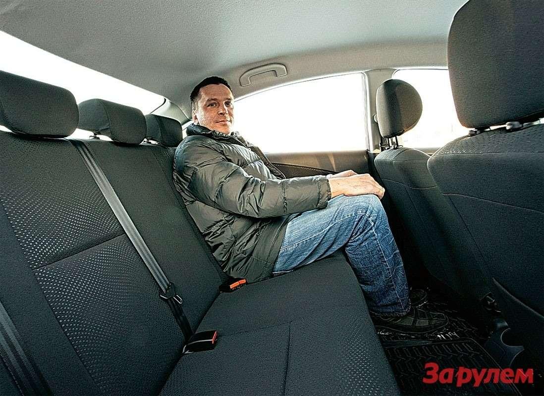 Вотгде можно разгуляться! «Алмера»— бюджетный лимузин. Невыраженный туннель наполу позволяет вполне комфортно ехать втроем.