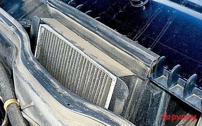 Адаптер питерского производства позволяет установить салонный фильтр от«десятки», который имеет впятеро большую поверхность, чем уштатного. Аесли на«жабо» поставить дополнительную резинку (отдверного уплотнителя, показан стрелкой),то фильтроэлемент вдобавок инамокать небудет.