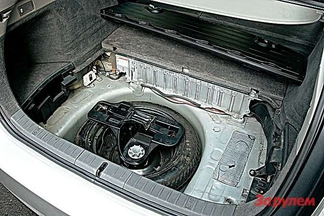 Тяговая батарея расположена внаиболее безопасном месте. При этом она почти не съедает полезный объем багажника.