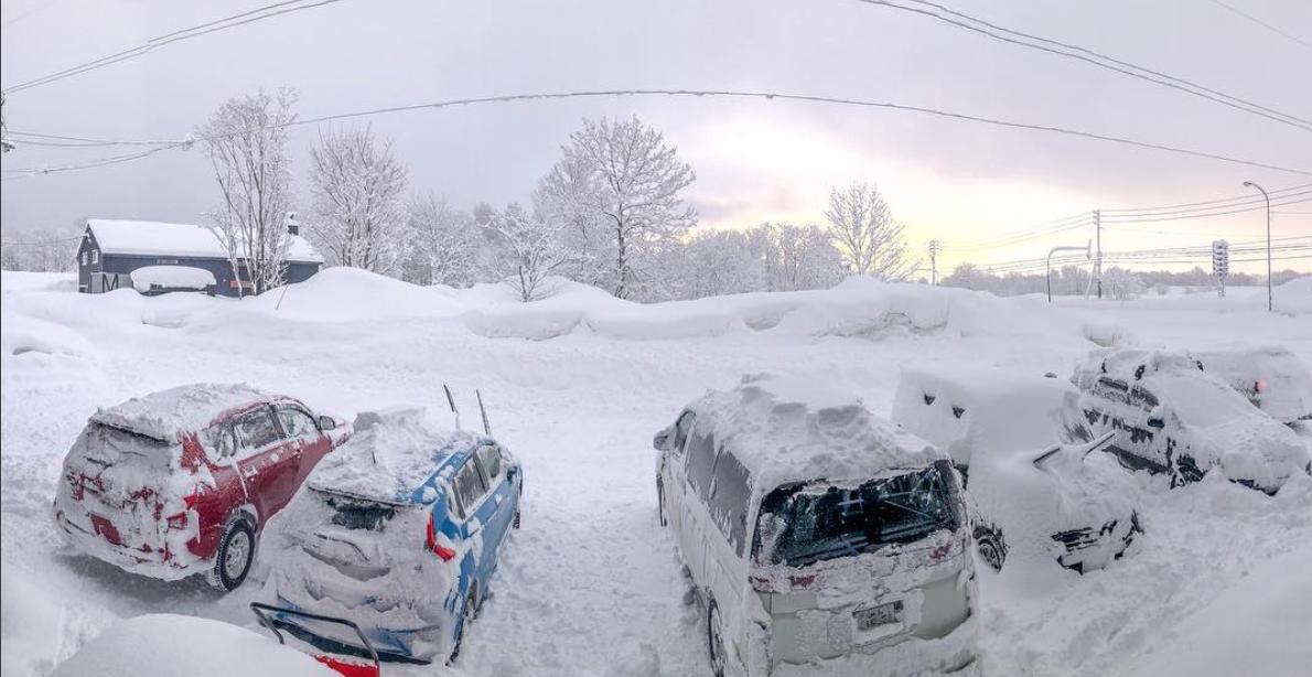 Снегопад вЯпонии: надорогах гибнут автолюбители— фото 845079