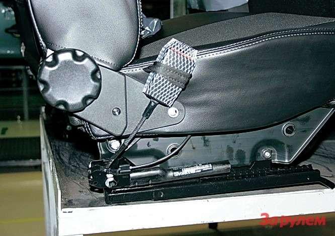 Замок ремня безопасности (теперь нагибком тросе) зафиксирован относительно сиденья специальной петлей. При ударе автомобиля опрепятствие срабатывает расположенный усалазок пиропатрон, выбирая слабину ремня.