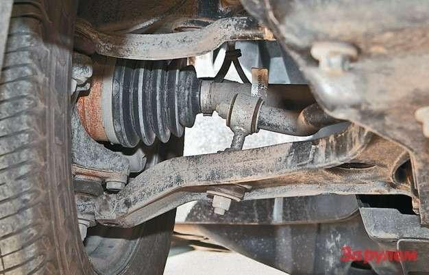 Кованые рычаги передней подвески повредить почти невозможно, случаи разрыва чехлов ШРУСов крайне редки