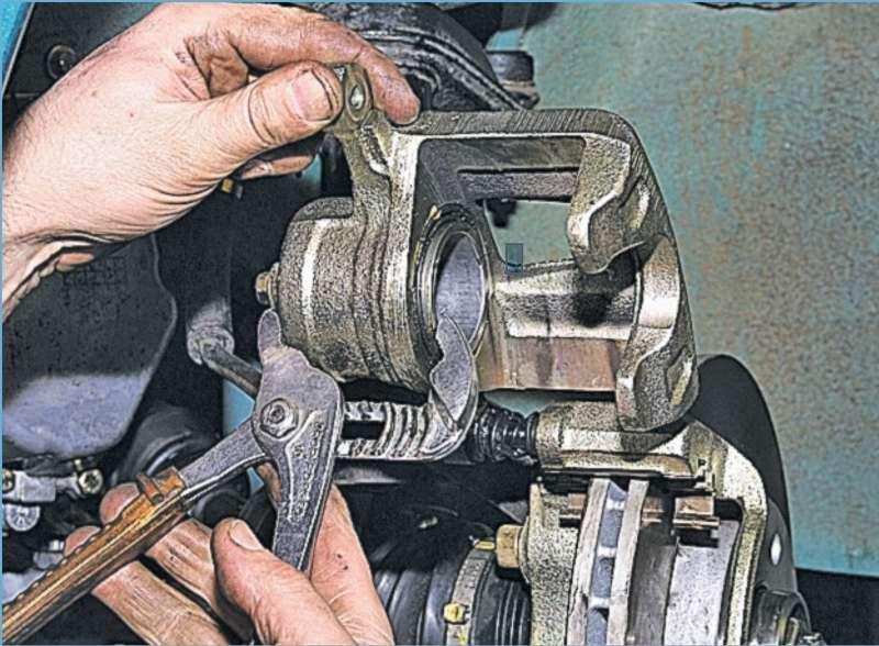 Замена передних тормозных колодок на шевроле орландо своими руками