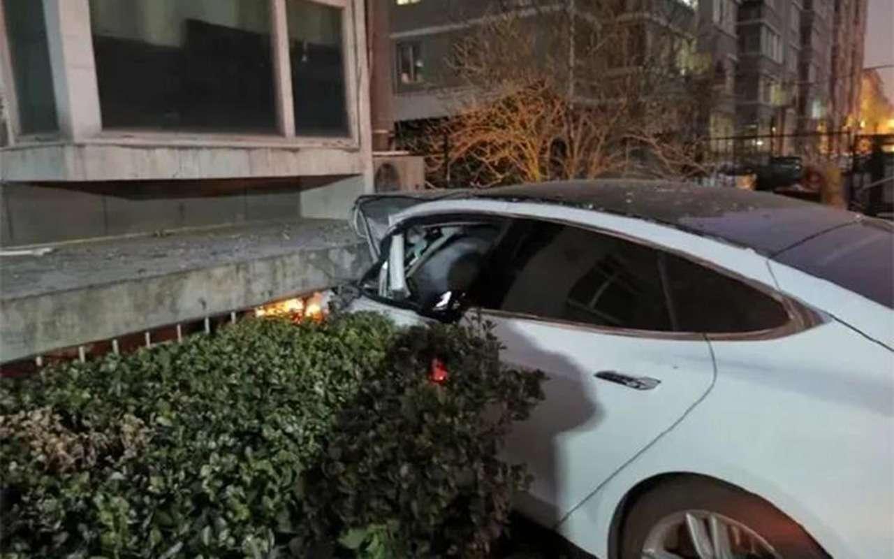 Tesla сама врубила автопилот: водитель выпрыгнул находу