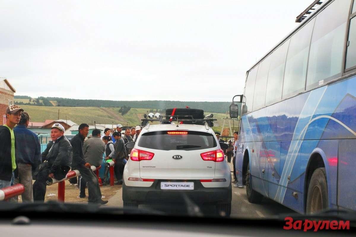 Монголы награнице вежливо пропустили нас без очереди— непомогло...