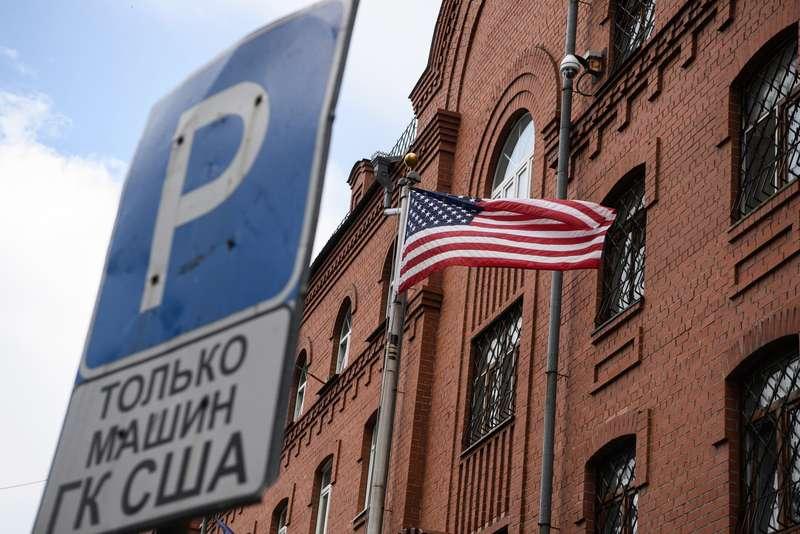 Упосольства США в столице России убрали парковку для дипломатов
