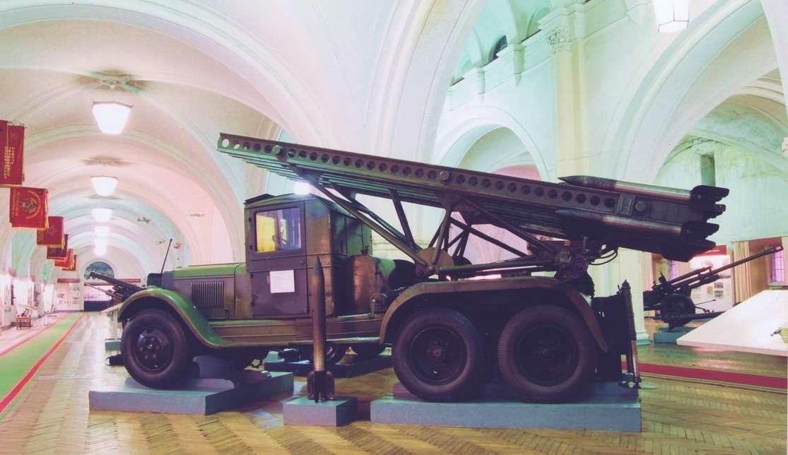 Самоходный реактивный миномет БМ-13-16 вооружался 16-ю осколочно-фугасными снарядами М-13 калибра 132мм, содержащего 4,9кг взрывчатого вещества. Дальность стрельбы достигала 8км.