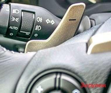 Трехспицевый руль вдухе суперкара LF-A дополнен подрулевыми лепестками управления трансмиссией.