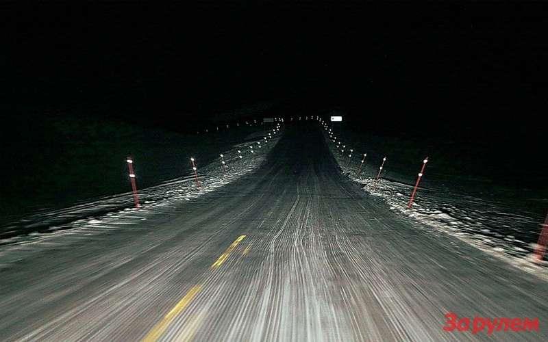 «Кошачьи глаза», сверкающие в свете фар, - отличное подспорье на ночной дороге.