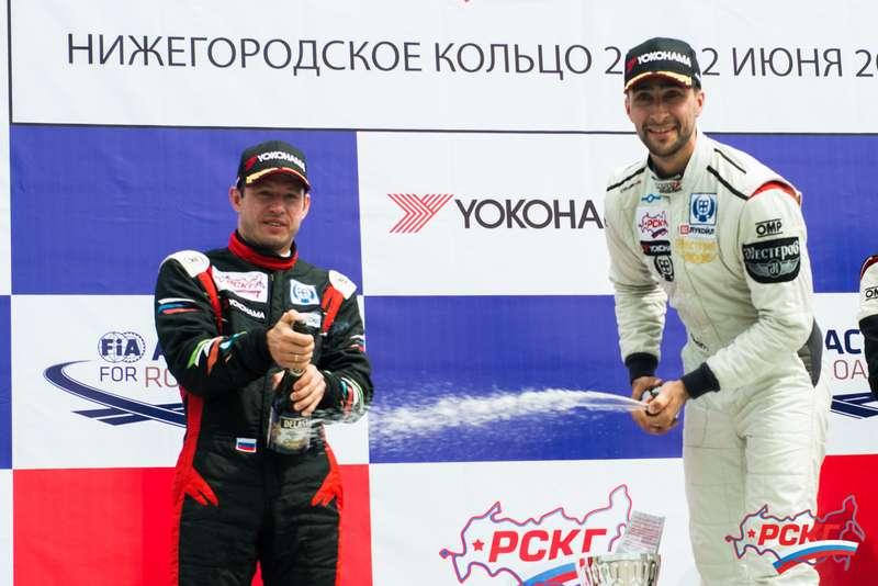 В первой гонке Объединенный 2000 лидировали Роман Голиков (слева) ипобедитель заезда Михаил Грачев