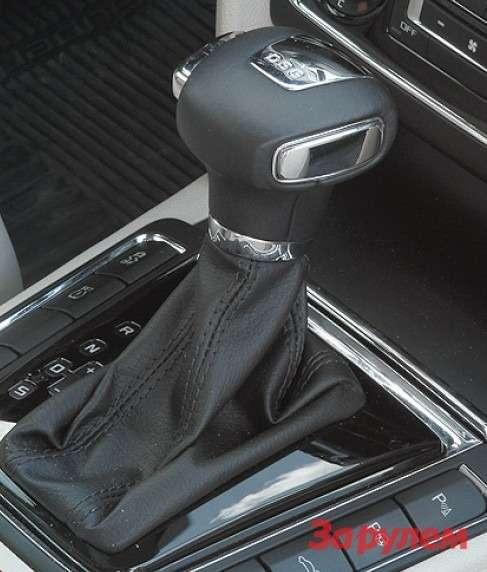 Рядом сселектором DSG— кнопки ассистента парковки иоткрывания багажника.