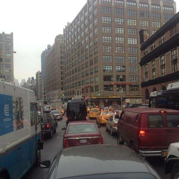 Падающий лед скрыши Всемирного торгового центра 1вызвал перекрытие дорог наМанхэттене