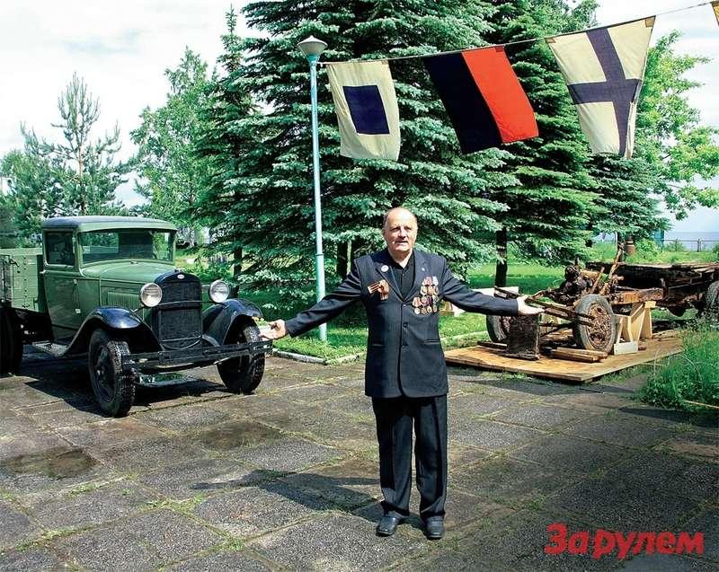 Директор музея «Дорога жизни» А.Войцеховский демонстрирует только что поднятую полуторку ивосстановленную несколько лет назад машину.