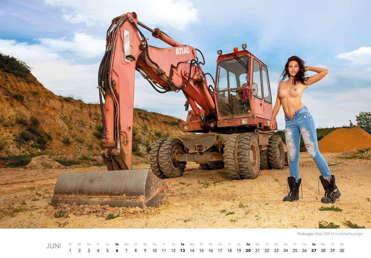 Календарь-2021: юные красотки итяжелая техника— фото 1206295