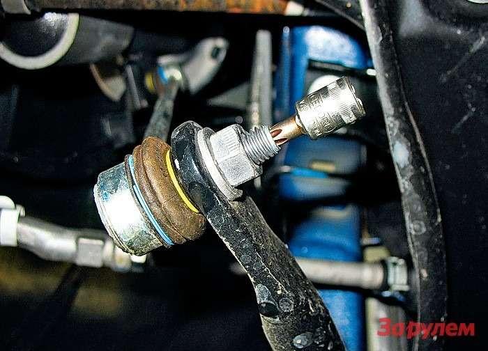 Peugeot 308: Стойки стабилизатора замены требуют регулярно. Прежде чем откручивать гайки, очистите исмажьте резьбу иудалите всю грязь изуглубления под«Торкс» вторцах пальцев.