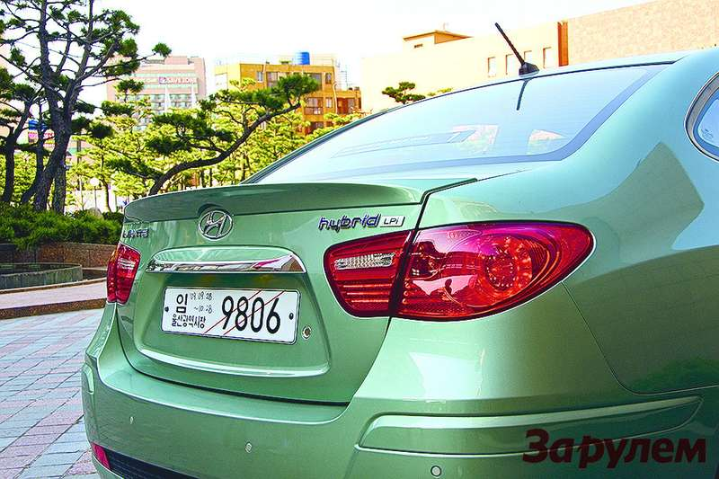 Голубой шильдик Hybrid LPi накрышке багажника внешне отличает гибридную «Элантру» отобычной.