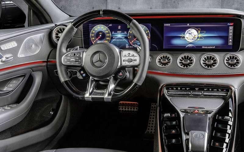 Mercedes-AMG GT43в Париже отвлекает людей отPorsche Panamera