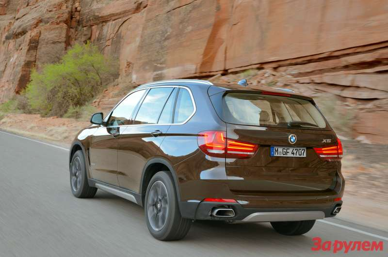 2014 BMW X5 rear three quarter in motion 02