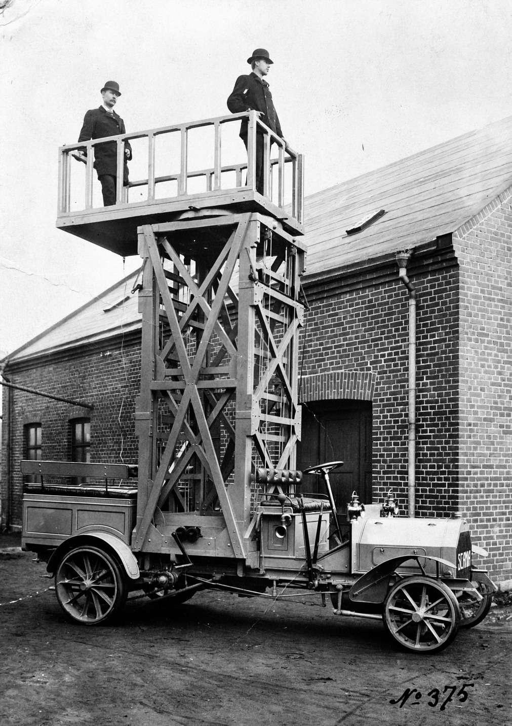 Специализированный автомобиль дляобслуживания трамвайных проводов нашасси Scania IL, поставлен вСанкт-Петербург в1910 году.