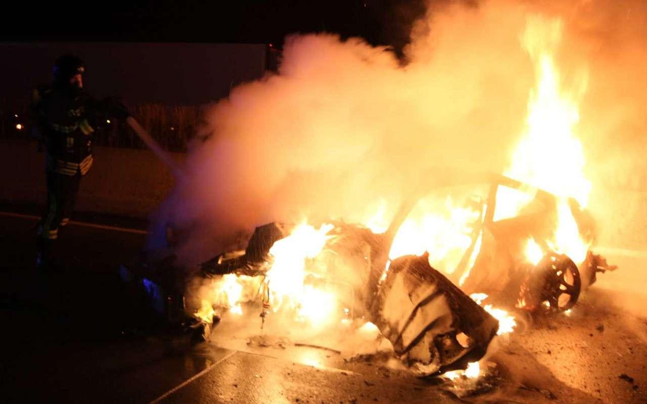Porsche 911 сгорел дотла посреди дороги— фото 922294