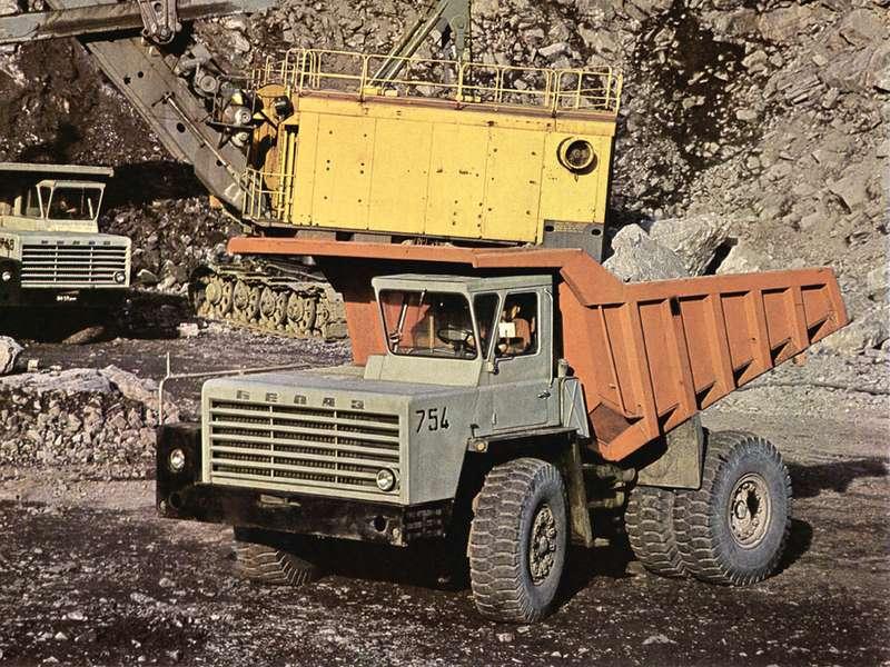 Серийный выпуск БелАЗ-540 начался всентябре 1965 года. Сначала автомобиль оснащался двигателем Д12А-375Б (V12, 38,8л, 375 л.с.), представлявшим собой «конверсию» знаменитого танкового дизеля В-2. Вканун Первомая 1967 года сконвейера сошла первая партия БелАЗ-540А, оснащенных более экономичным иремонтопригодным дизелем ЯМЗ-240(V12, 22,3л, 360 л.с.)