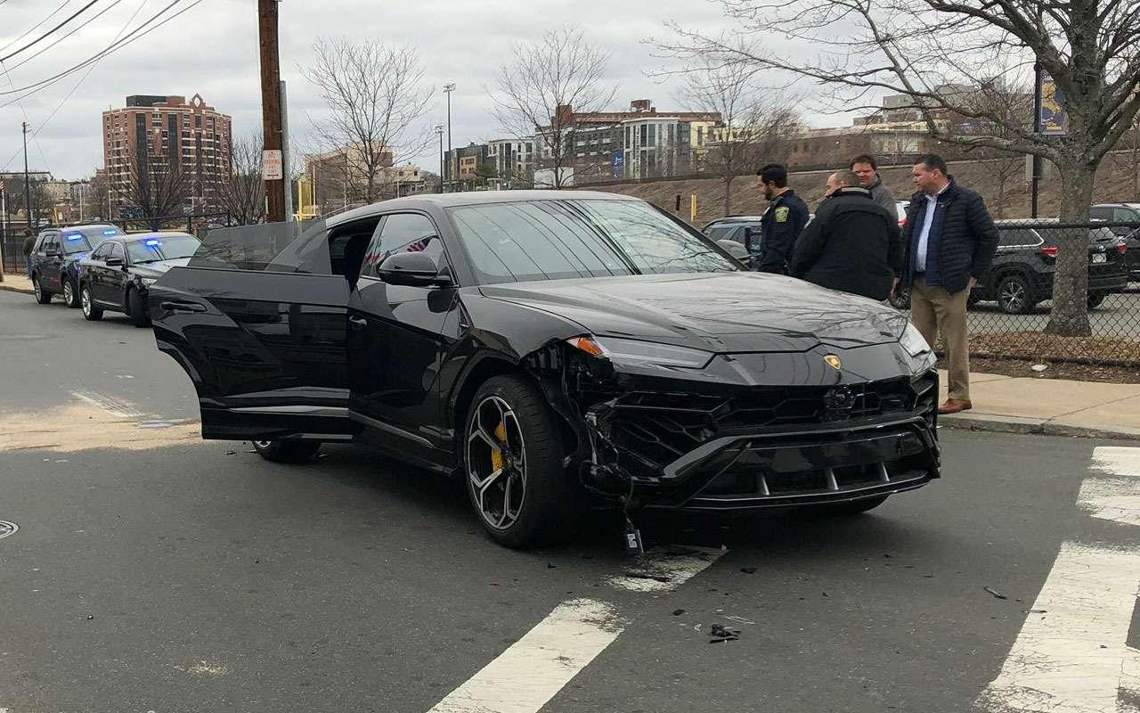 Дети украли два Lamborghini Urus удилера иразбили ихдруг одруга— фото 1085296