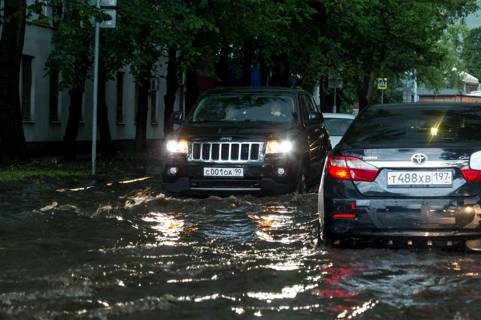 Москву залили дожди, машины поплыли. Фоторепортаж ЗР— фото 770687