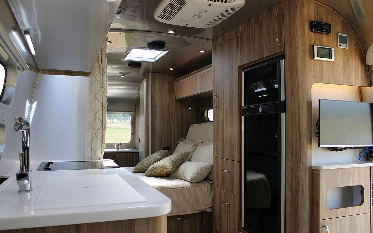Роскошный кемпер Airstream— скроватью поперек— фото 1161639