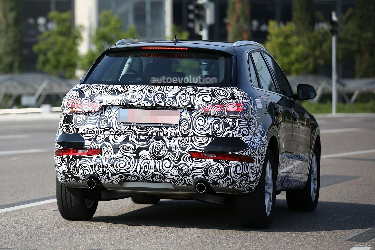 2016-audi-rs-q3-facelift-joins-q3-during-testing-session_3