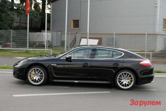 Facelifted Porsche Panamera Turbo side view